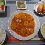 花筏 - 海老好きの私としては「エビチリ定食(1350円:内税)をチョイス。 ◆エビチリ定食・・エビチリ・スープ・サラダ・春巻き・ご飯・ザーサイのセット。