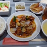 花筏 - 主人は大好物の「酢豚定食(1350円:税込)を。 ◆酢豚定食・・酢豚・スープ・サラダ・春巻き・ご飯・ザーサイのセット。