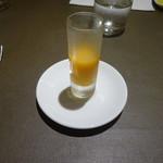 フレンチレストラン にき亭 - アミューズ。野菜とオレンジをミキサーにかけたもの。オレンジジュースみたいな味。
