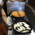 いづみ - ドリンク写真:鉄鍋で調理