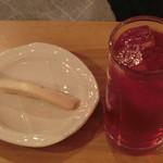 えん処 こばく亭 - 赤しそジュースと漬物
