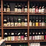 美酒美燗 煮りん - カウンターに座ると目の前には日本酒がいっぱい