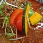 らーめん厨房山や - 具はフレッシュなトマトと軽く蒸したカボチャ、挽肉、水菜、ネギ、モヤシ