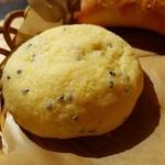 57421774 - 黒ごまクッキーメロンパン(110円)です。