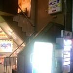 タニマ - 階段で2階へと上がります