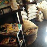 カンダコーヒー - 内観・豆がたくさん