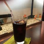 柳楽屋 - 金魚が泳ぐテーブルは1卓しかなく、水槽横でパシャり