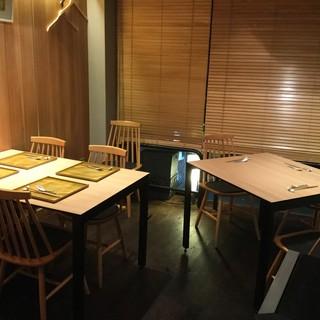 テーブル席は大事なお客様との接待向けです。喫煙可能席。