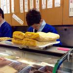 春駒 支店 - 店内風景。だし巻き卵も美味しそうだった。