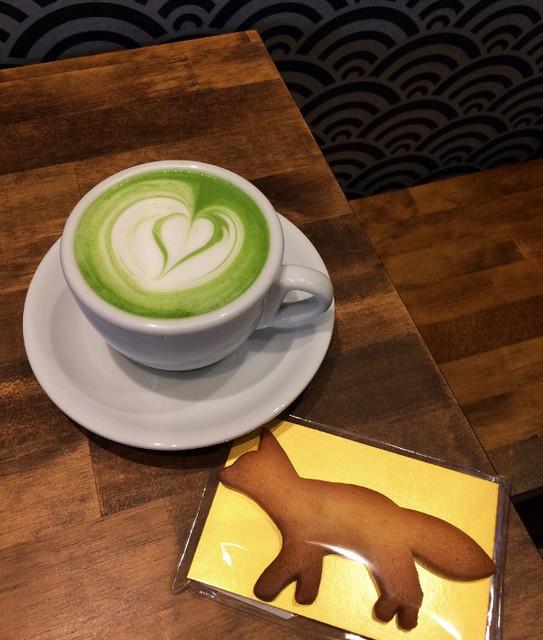 カフェ キツネ - 抹茶ラテとキツネクッキー