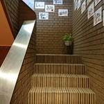 DRAGON酒家 - 階段を見上げる。