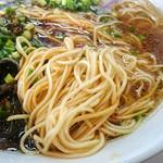 麺屋 極み 金ちゃん - キレイなスープにキレイな麺。これは細麺。他に、太麺、ちぢれ麺、平打ち麺でも楽しめるそうです。