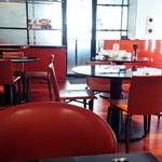 中国料理 新葡苑 - 店内は赤を基調としたシックな雰囲気