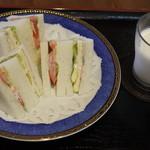 グリーン&グリーン - 料理写真:スペシャルランチの、ミックスサンドとミルク