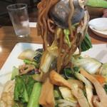 頤和園 - 松茸入り八宝焼きそば 麺リフト