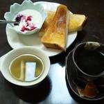 コスモス - 料理写真:コーヒー(400円)とモーニング(トースト、ヨーグルト、スープ)