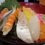 喰い処 まるはち - 海鮮ちらし おてしょもお盆にあって、刺身用のお醤油をつけながら食べました。