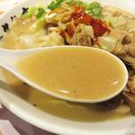 元祖 名島亭 - シンプル豚骨に、炒め野菜の甘さと香ばしさが加わって厚みが増しています。
