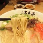 元祖 名島亭 - よく出来た万民ウケする、ややあっさりめの味です。麺は、長浜特有のコシの強い極細麺です。