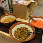 元祖 名島亭 - セルフコーナーの紅しょうが・辛子高菜・辛もやし。 ラーメンが来るまでの間、辛もやし(もやしのピリ辛ナムル風)をつつきます。