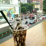 SOFTREE - 表参道×明治通りの交差点の人波を眺めながら。