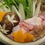 名古屋コーチン×完全個室居酒屋 とり政 立川駅前店 - 名古屋コーチンのすき焼き鍋を煮ているところ
