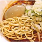 57462828 - 低加水の細麺。ポキポキとした食感です。