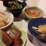57464868 - 今回のお通し。塩辛、生姜の煮付け、小松菜と魚の煮浸し?後はなんだか忘れましたが美味しいよ。