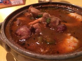 周 - ほのかに赤いのは独自のケイジャンスパイス。旨みがあるスープはマジスパにも通じるような味わい。