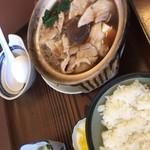 まさご食堂 - ふたを開けた肉鍋定食。豚肉、しらたき、豆腐、しいたけなど。ネギは無く代わりにタマネギたっぷり。