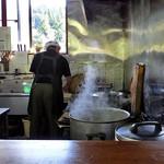 峠の茶屋 - カウンター席からは調理場が良く見えます(2016年10月)