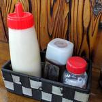 峠の茶屋 - 卓上に常備された調味料類(2016年10月)