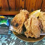 峠の茶屋 - 「若鶏の唐揚げセット」のメイン(タバコの箱と大きさの比較)(2016年10月)