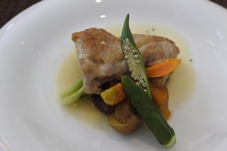 プーラヴィーダ - 地鶏モモ肉白ワインとハーブの煮込み