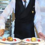 パティスリー ジョルジュ マルソー - ソムリエさんが目の前で仕上げてくれる『アシェットデセール(皿盛りデザート)』。
