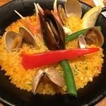 タパスブランコ - パエリア。まるで素人の味。具材は最後に乗せただけだと分かります。米に魚介の旨みが入ってないうえにお米には芯が残ってました。なんちゃってパエリアですね残念w