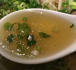 らーめん おが多 キスケBOX店 - 透き通った醤油スープ。鶏ガラあっさり味。