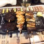やきとり処 大舞 - 左から椎茸(210円)、わっぱ=産道(200円)、ちれ(160円)。