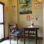 太田屋 - 内観3 テーブル席4人×3のこじんまりとした店内