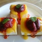 グリーンファームカフェ - ケーキ例:ベイクドクリームチーズ マンゴーソースとイチゴのコンポートのせ