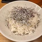 麺や 鳥の鶏次 - しらすごはんセット(250円)