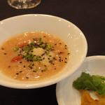香港海鮮酒家 Lei U Mun - 粗挽き海老団子と枸杞の古代米粥 揚げワンタンと緑ザーサイ添え