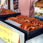 萩原精肉店 - 名物「骨付きリブフランク」