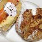 メゾン・カイザー・ショップ - サーモンドックとマロンとアプリコットのパン