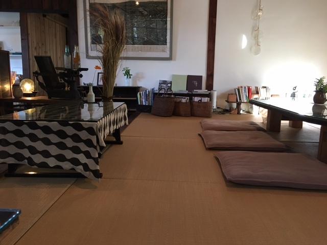 工場跡事務室 - 畳の間にテーブルが3脚