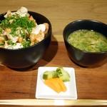 フラックス カフェ - 鶏唐揚げ丼セット(味噌汁、漬物付き)