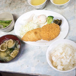 宝剣山荘 - 料理写真:一泊二食1人8700円の夕食です。コロッケと味噌汁は美味しかったです。白身魚のフライは。。。