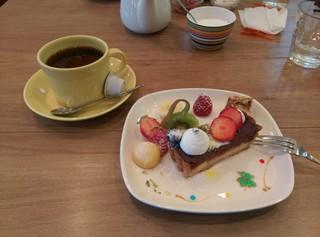 ガレット カフェ - コーヒー+ケーキ1ピース 決してプレートを注文したわけではないんです!