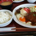 ルピナス - ハンバーグ定食 950円。デミグラスソースが肉にマッチしていておいしいです。