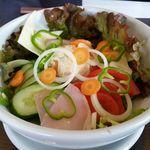 ルピナス - コンビネーションサラダ 700円。生野菜の他、チーズ、ハムそしてポテトサラダが載っています。